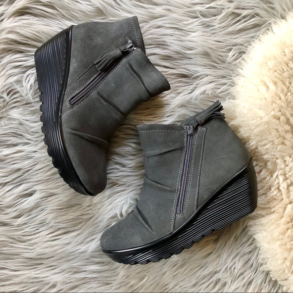 7b5f7aabe27f NWOT Charcoal Suede Wedge Ankle Booties